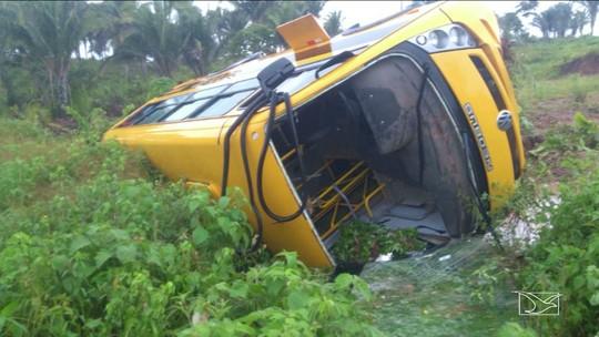 Ônibus que transportava professores sai da pista e tomba no Maranhão