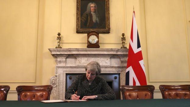 Primeira-ministra tenta salvar acordo que já foi rejeitado antes pelo Parlamento (Foto: CHRISTOPHER FURLONG/GETTY IMAGES, via BBC)