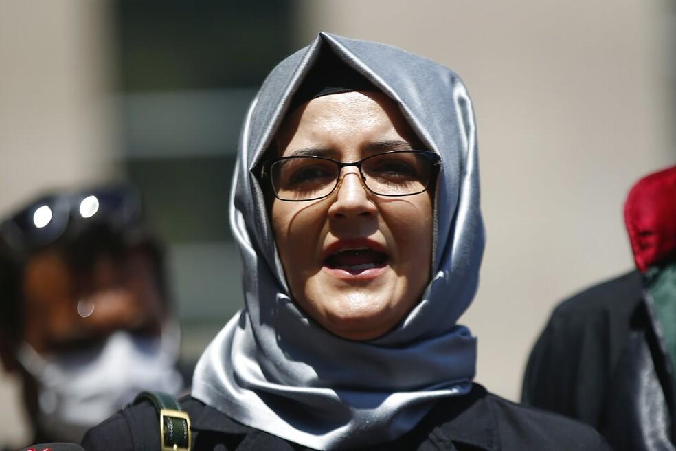 Imagem de julho de 2020 de Hatice Cengiz, noiva do jornalista Jamal Khashoggi, que foi assassinado no consulado da Arábia Saudita em Istambul — Foto: Emrah Gurel/AP