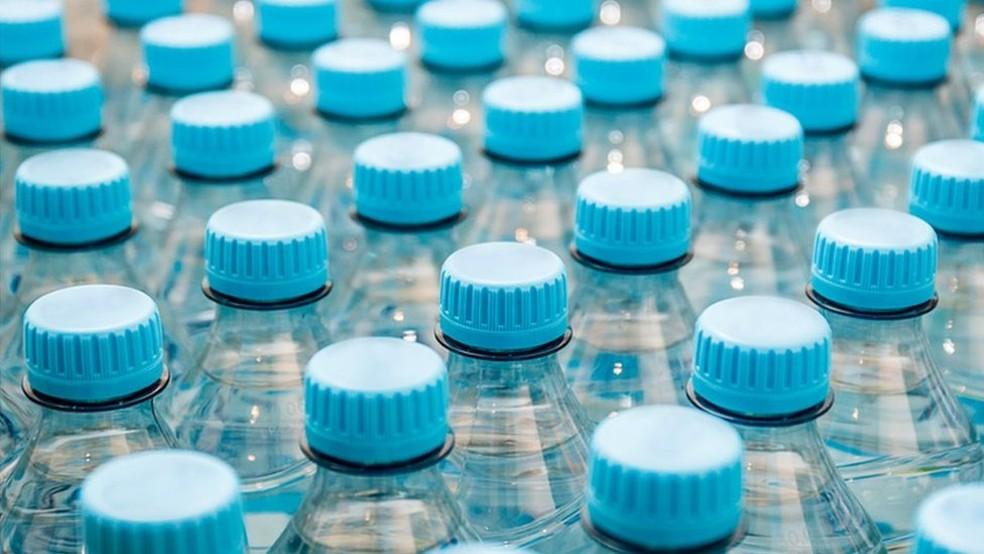 Teste realizado com as principais marcas de água engarrafadas do mundo mostrou que há micropartículas de plásticos no líquido (Foto: Getty Images)