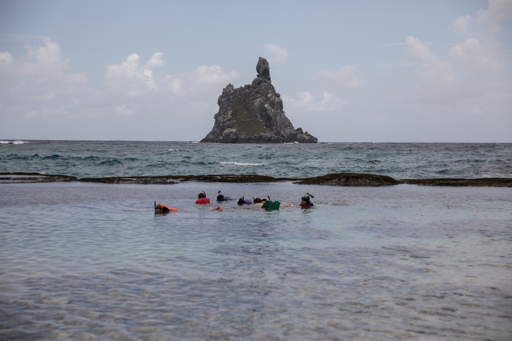 Turistas mergulham na piscina natural do Atalaia em Fernando de Noronha — Foto: Fábio Tito/G1