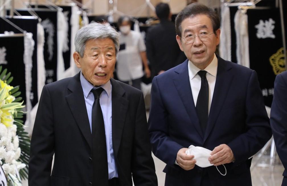 Park Won-soon (direita) durante um velório, em 6 de julho de 2020 — Foto: Yonhap /Via AFP