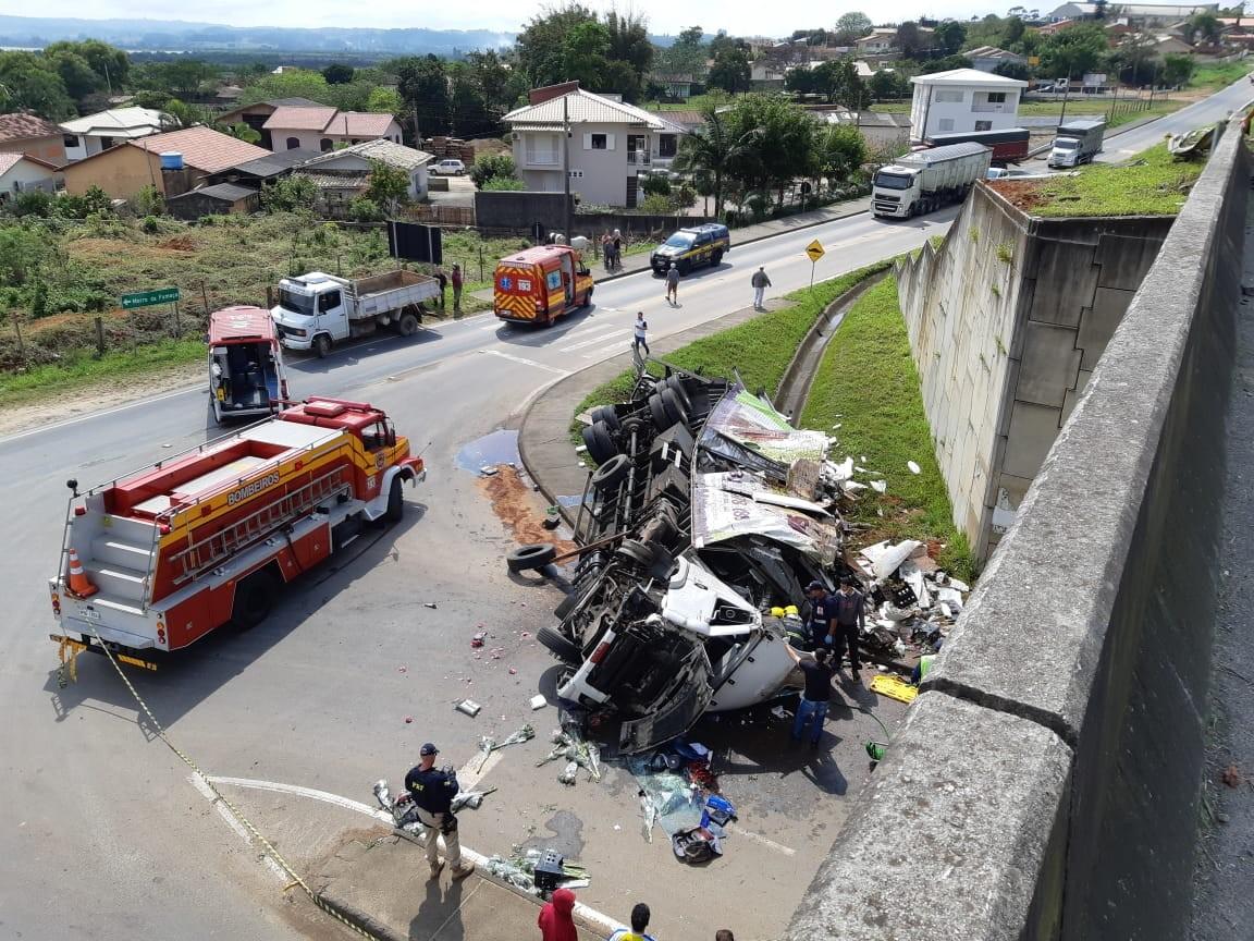 Motorista fica gravemente ferido após caminhão tombar na BR-101 em Içara - Notícias - Plantão Diário