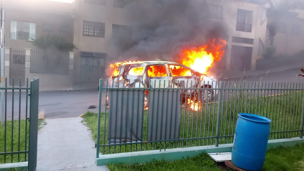 Adolescente de 14 anos vai parar na delegacia suspeita de colocar fogo em carro do Conselho Tutelar, diz PM