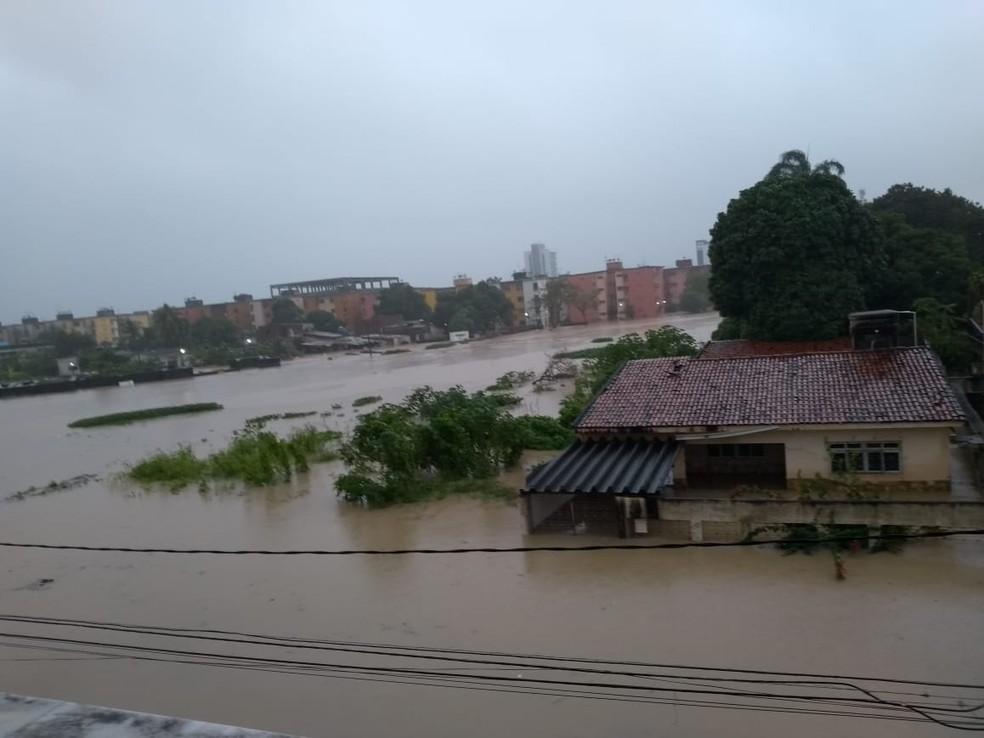 Rua Caetano Ribeiro, em Olinda, alagou devido às chuvas desta quarta-feira (24) — Foto: Reprodução/WhatsApp