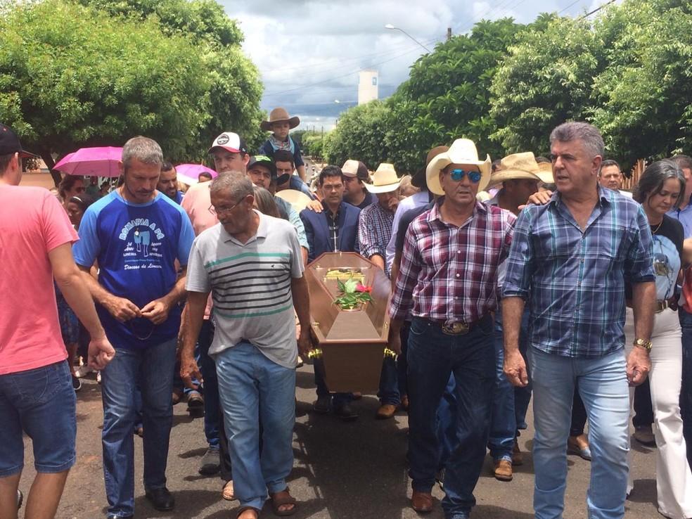 Amigos carregaram o caixão do locutor até o cemitério de Turiúba — Foto: Marcos Lavezo/G1