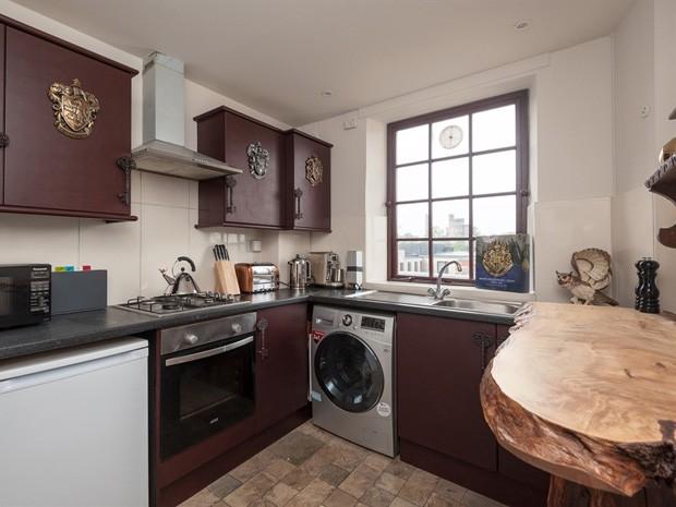 Cozinha do apartamento inspirado no universo de Harry Potter (Foto: Divulgação)