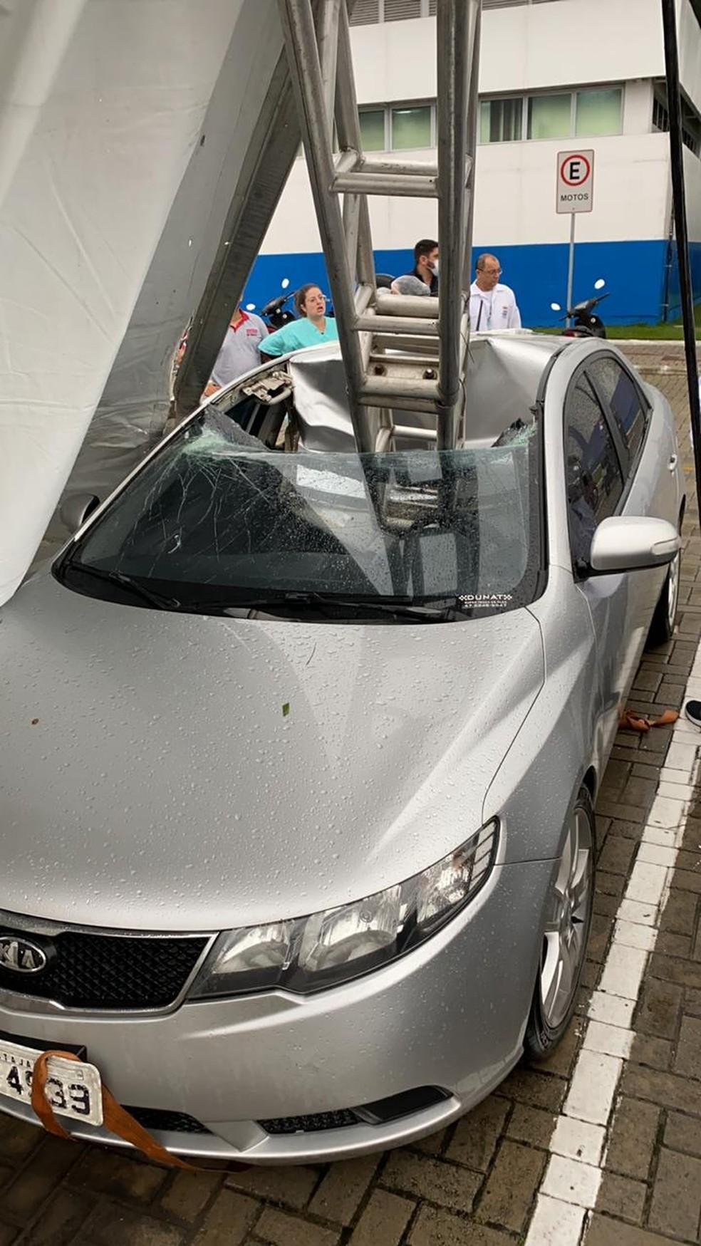 Queda de estrutura durante temporal atingiu carro em Itajaí — Foto: Paulo Tomio/ Arquivo pessoal