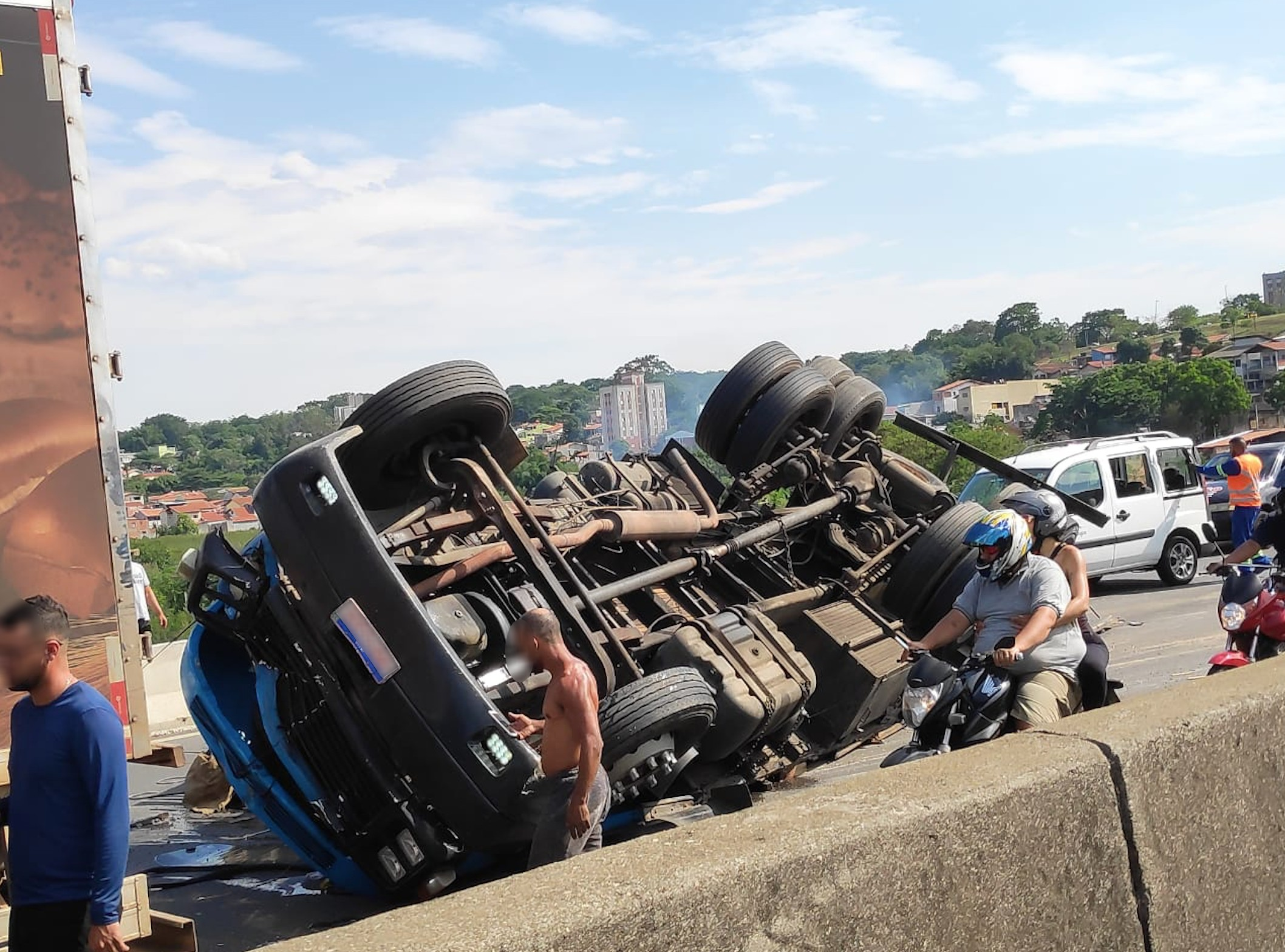 Caminhão tomba em acidente e bloqueia pista da Dutra em São José dos Campos