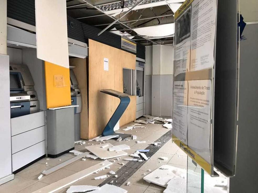 Agência ficou destruída após a explosão na madrugada deste sábado (Foto: Camila Oliveira/TV SantaCruz)
