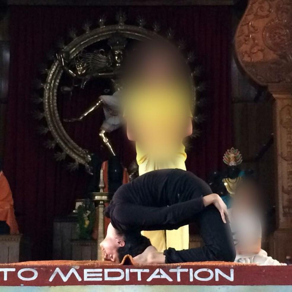 Ishleen no palco fazendo uma demonstração de Sivananda — Foto: BBC