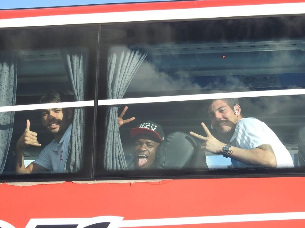 Paquetá, Vinicius Júnior e Thiago na chegada em Buenos Aires (Foto: Fred Gomes)