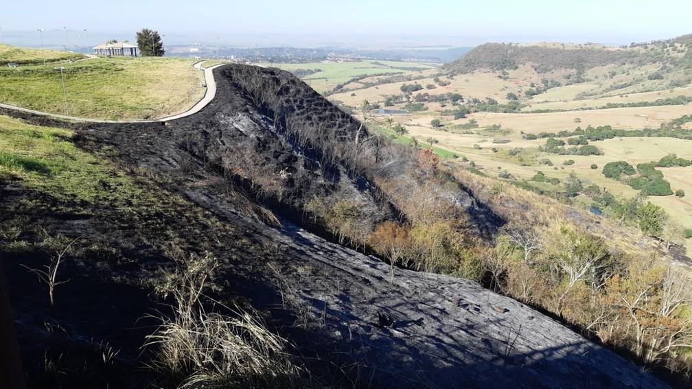 Área próxima ao Mirante de São Pedro atingida por incêndio no dia 26 de julho de 2021 — Foto: Edijan Del Santo/EPTV