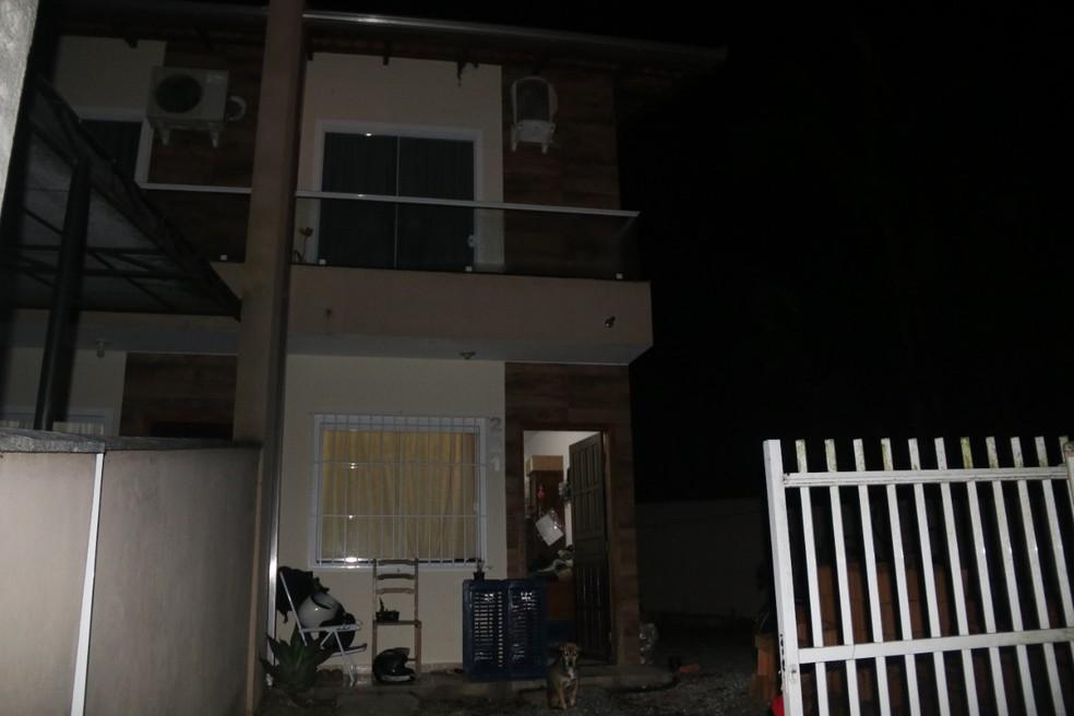 Mulher é morta a tiros dentro de casa pelo companheiro; filha do casal encontrou os pais mortos na cama — Foto: Polícia Civil/Reprodução
