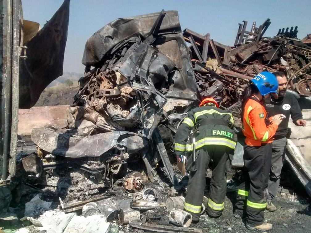 Equipes trabalharam para retirar restos de veículos da Carvalho Pinto (Foto: Divulgação/Corpo de bombeiros)