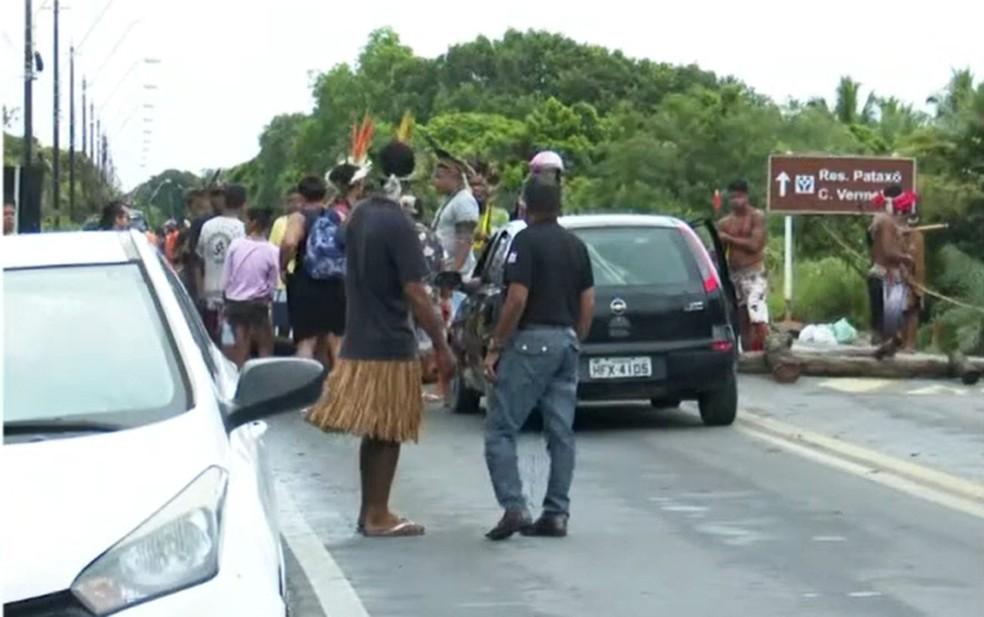Grupo fechou três pontos da BR-367, em Porto Seguro — Foto: Reprodução/TV Bahia