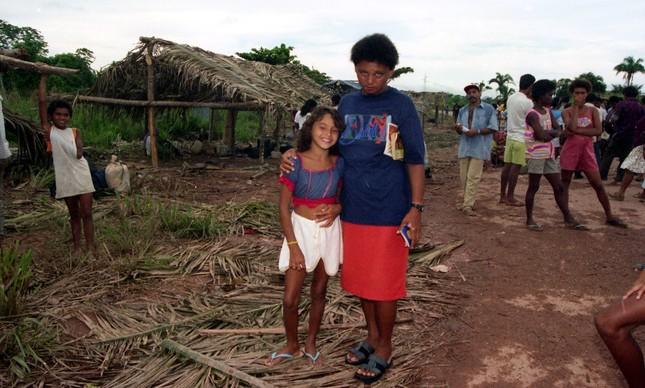 Núbia Pereira com sua mãe, Maria, dias após o Massacre de Eldorado, em 1996: 'Fugi com meus irmãos'