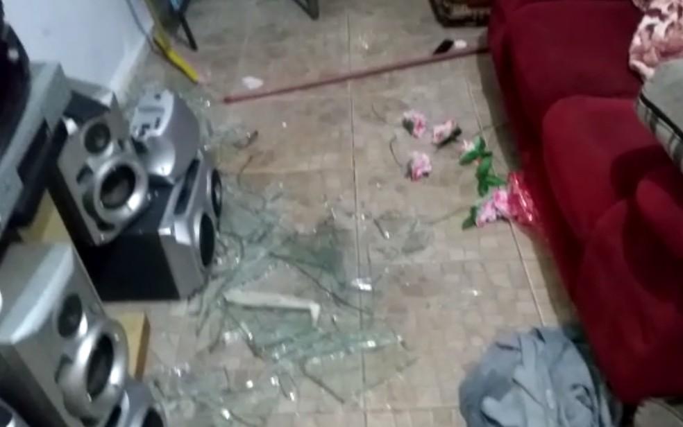 Móveis da casa foram quebrados em Goiânia, Goiás — Foto: Divulgação