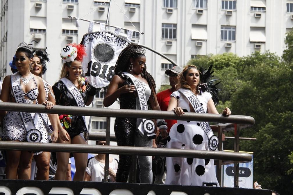 Famosas desfilam no Cordão da Bola Preta, no Rio (Foto: AG News)