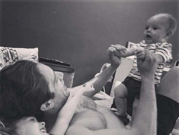 Rafael Cardoso com os filhos (Foto: Reprodução/Instagram)
