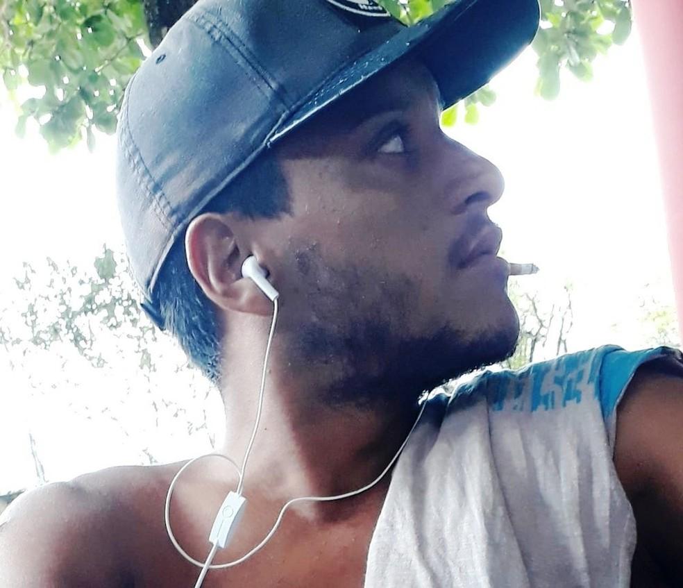 Rodrigo de Almeida, 25, fugiu após colocar fogo em imóvel — Foto: Arquivo Pessoal