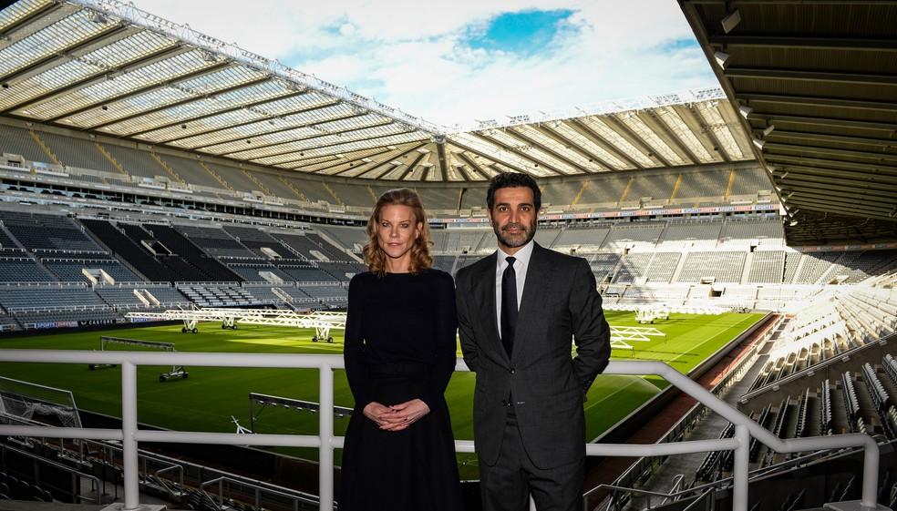Amanda Staveley e Mehrdad Ghodoussi, novos diretores do Newcastle e representantes do fundo árabe que comprou o clube — Foto: Serena Taylor/Newcastle United