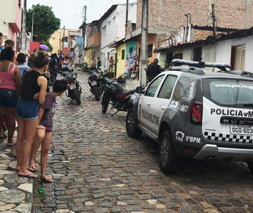 Em Natal, triplo homicídio aconteceu dentro de uma casa na Rua Coronel Ajax, no bairro Dix-Sept Rosado — Foto: PM/Divulgação