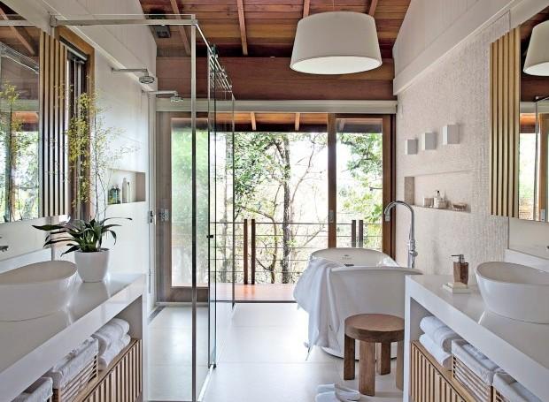 Neste projeto da arquiteta Juliana Pippi em Florianópolis, toda a estrutura elétrica ganhou reforço para atender às demandas da sala de banho (Foto:  Marco Antônio/Divulgalção)