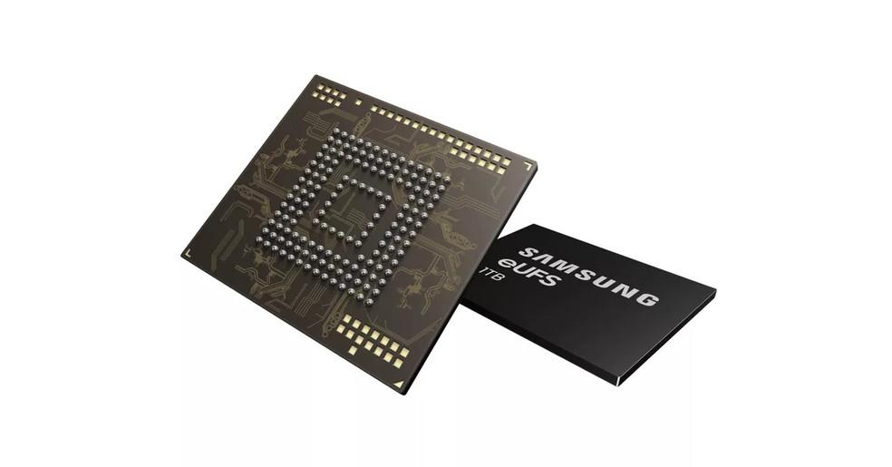 Novo chip ocupa o mesmo espaço que a versão anterior, que ia até 512 GB — Foto: Divulgação/Samsung