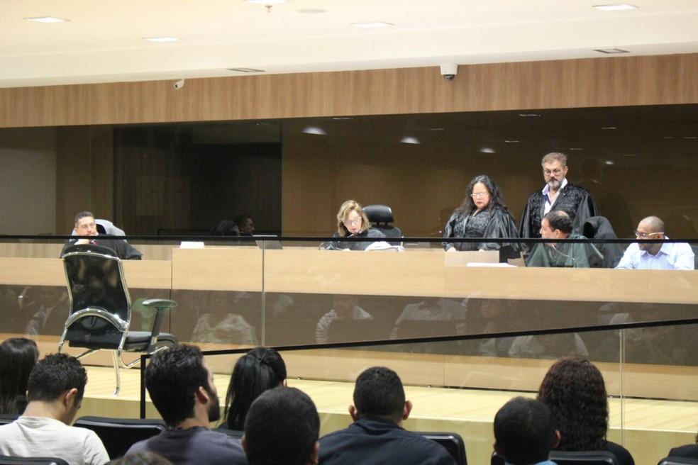 Julgamento tem duas testemunhas de defesa e duas de acusação (Foto: Lucas Marreiros/G1)