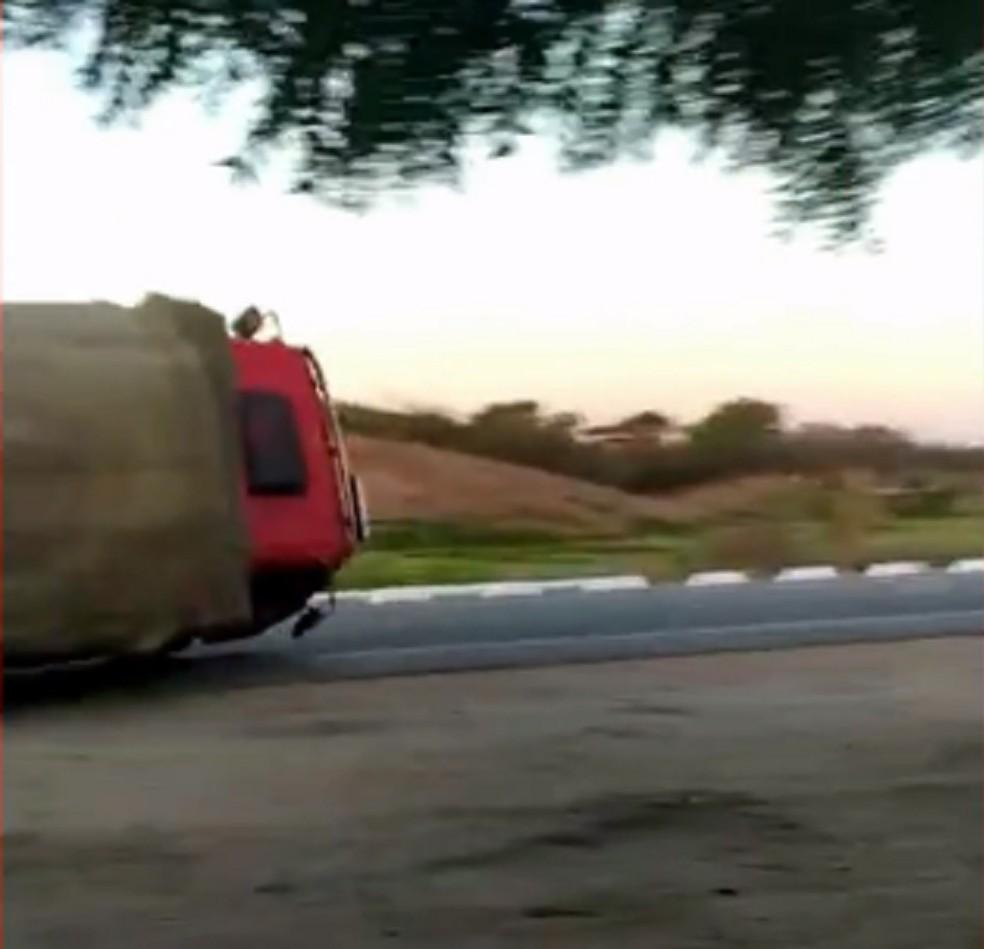 Motorista perdeu controle de caminhão em curva e tombou o veículo no interior do Ceará — Foto: Reprodução