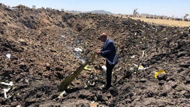 O CEO da Ethiopian Airlines,Tewolde Gebremariam, no local do acidente: Nenhuma possível causa do desastre pode ser descartada, disse (Foto: ETHIOPIAN AIRLINES via BBC News Brasil)