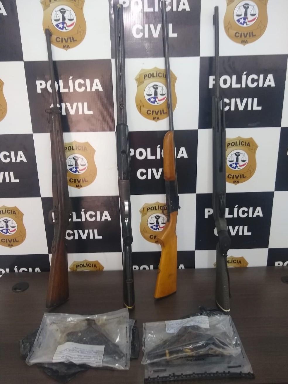 Armas encontradas na casa do homem preso por homicídio, que não teve o nome divulgado pela polícia — Foto: Divulgação/Polícia Civil