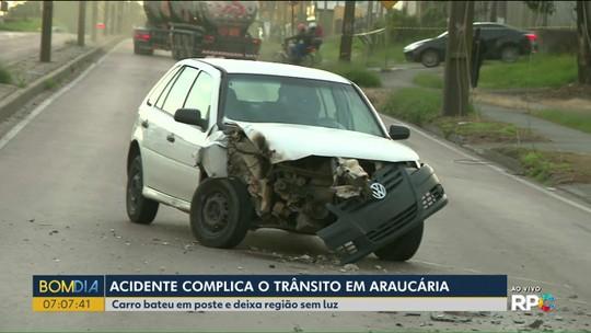Motorista fica ferido após perder controle do carro e bater em poste de avenida em Araucária