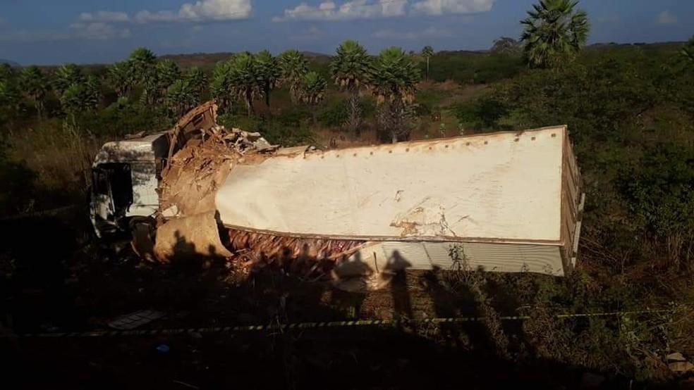Caminhão foi parar na margem da rodovia federal — Foto: Divulgação/PRF