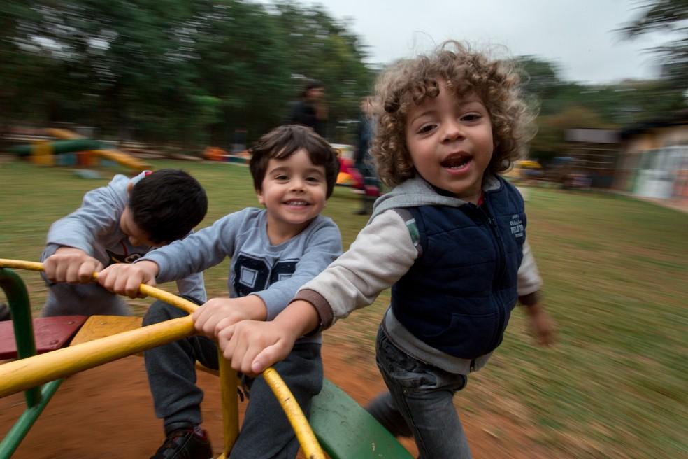 Alunos de creche municipal em Indianópolis (SP) brincam no gira-gira. — Foto: Marcelo Brandt/G1