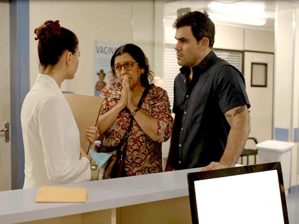 Lurdes (Regina Casé) fica arrasada ao descobrir sabotagem em 'Amor de Mãe' — Foto: Globo
