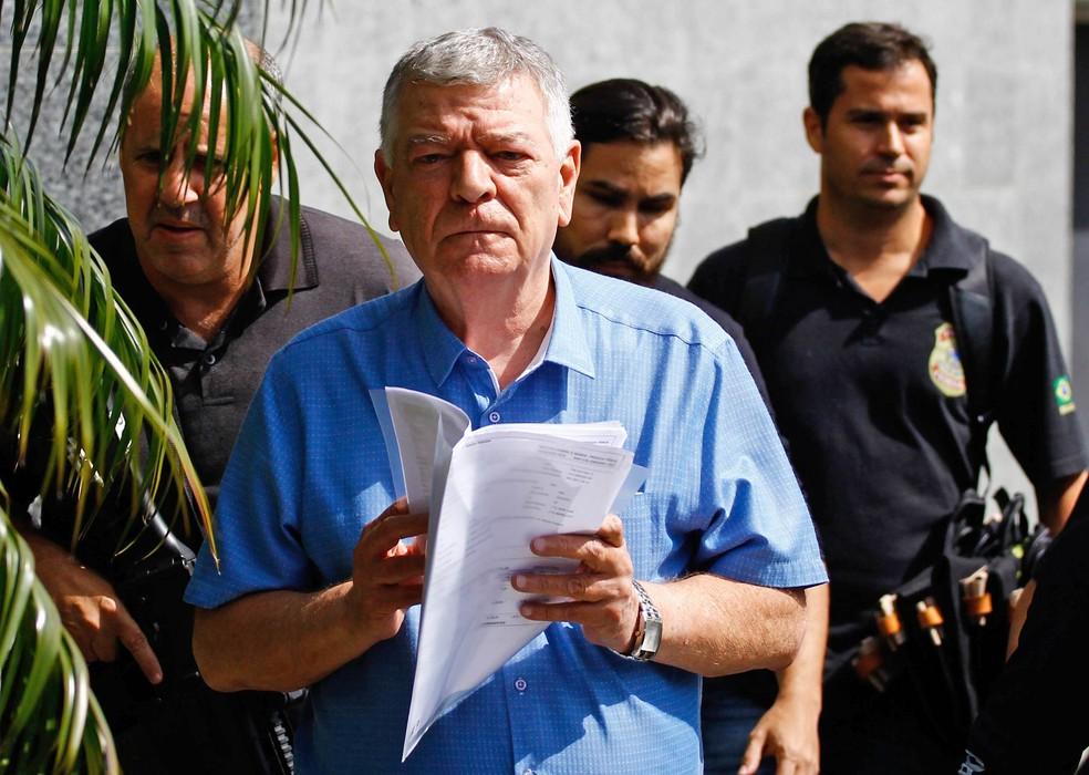O prefeito de Mongaguá, Artur Parada Prócida (PSDB), chega à sede da PF em São Paulo acompanhado por agentes (Foto: Aloisio Maurício/Fotoarena/Estadão Conteúdo)