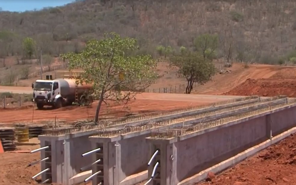Grupo foi preso suspeito de furtar barras de aço da Ferrovia Oeste-Leste em Jequié, no sudoeste da Bahia — Foto: Reprodução/TV Sudoeste