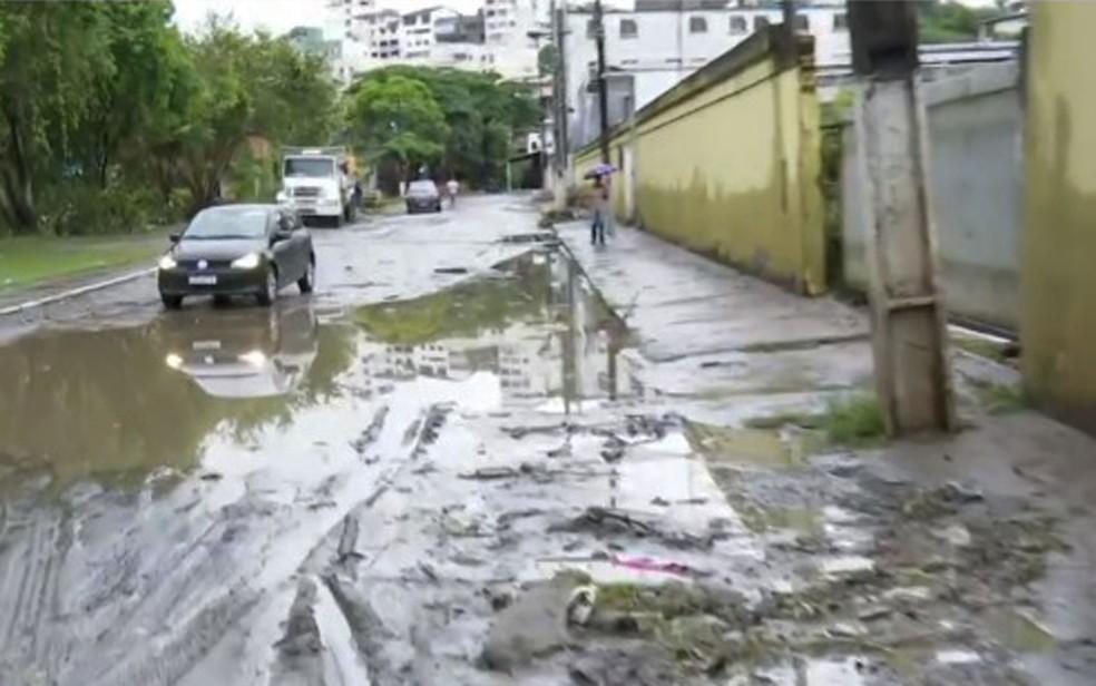 Rua do bairro de Fátima, em Itabuna cheio de lama nesta segunda (2) — Foto: Reprodução/TV Bahia