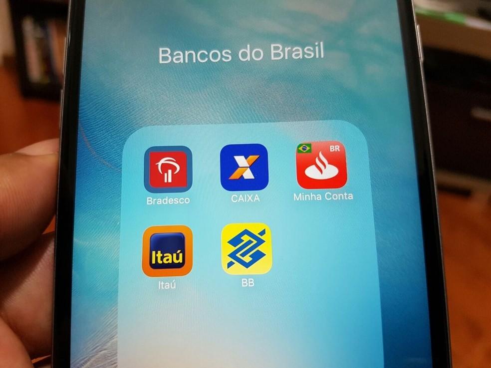 Tela de celular com os ícones dos aplicativos dos maiores bancos do Brasil — Foto: Foto G1
