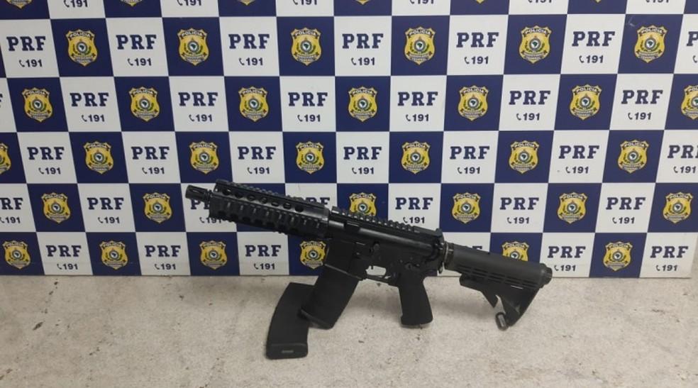 PRF apreendeu fuzil e municiadores em compartimento de carro na BR-116 — Foto: PRF / Divulgação