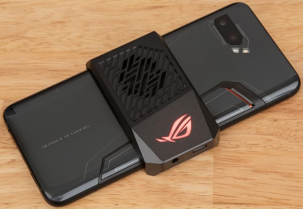 Acessório, que pode ser adquirido a parte, realiza esfriamento do ROG Phone 2 em locais com alta temperatura — Foto: Divulgação/Asus