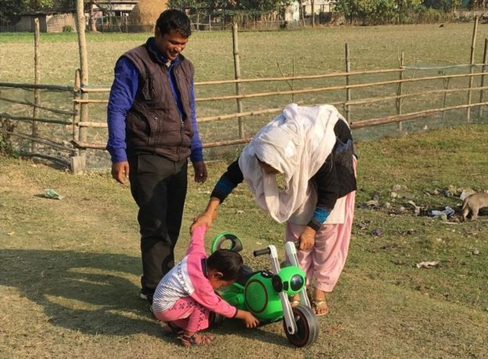 Shahabuddin Ahmed e sua mulher, Salma Parbin, decidiram não destrocar as crianças (Foto: BBC)