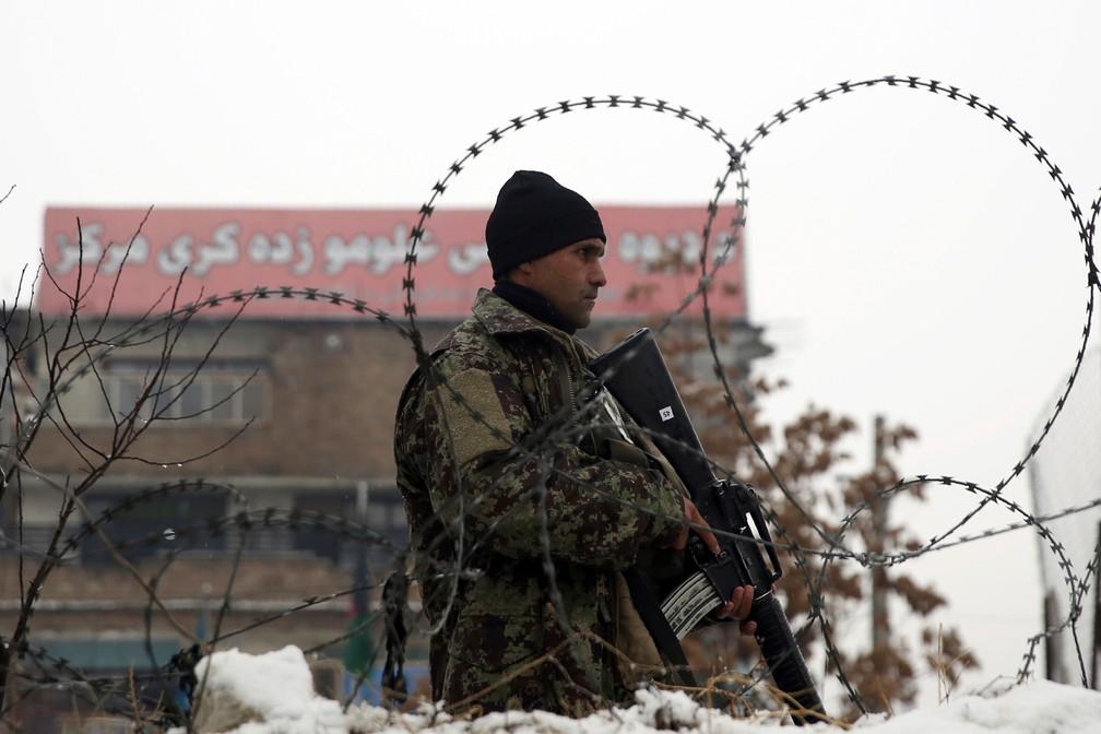 Soldado do exército afegão faz guarda em local onde ocorreu ataque suicida perto de uma academia militar em Cabul, no Afeganistão, em 2020 — Foto: Rahmat Gul/ AP