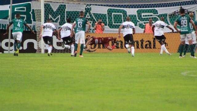 Sassá cobrou pênalti, mas ficou na defesa do goleiro Jonathan