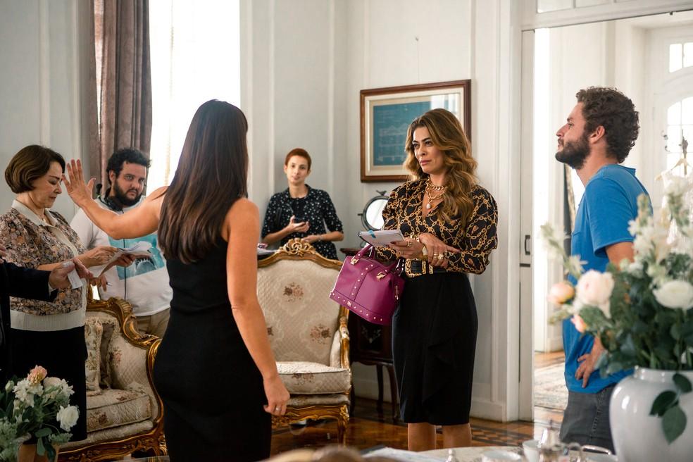 Juliana Paes e Paolla Oliveira passando a cena nos bastidores de 'A Dona do Pedaço' — Foto: Fabiano Battaglin / Gshow