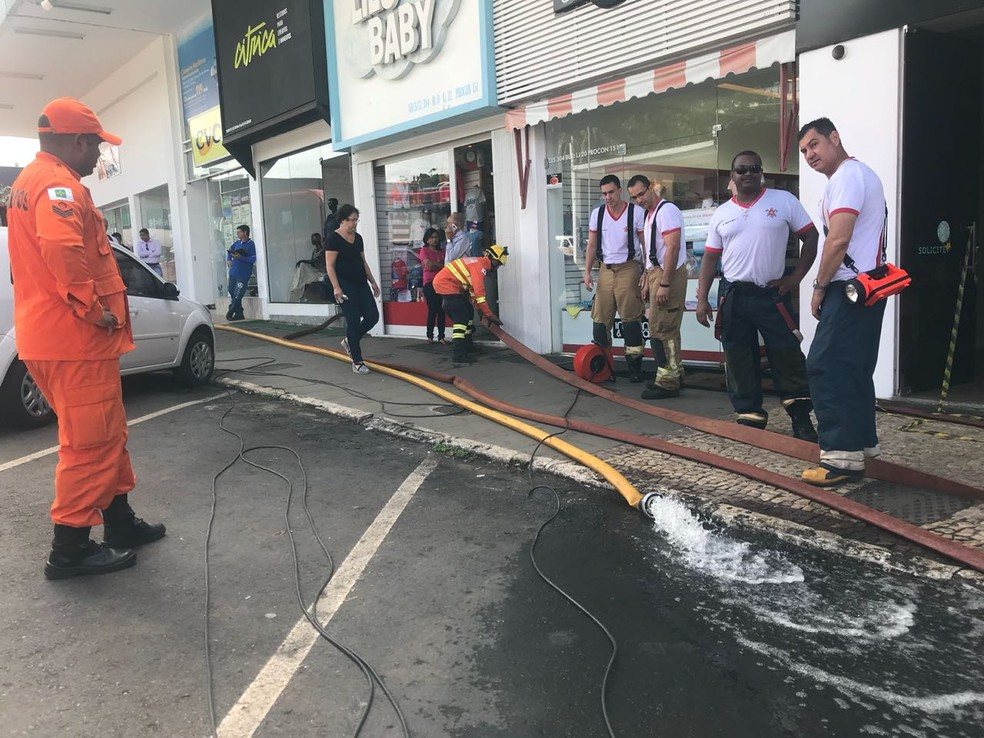 Bombeiros drenam água que invadiu loja em Brasília  (Foto: Letícia Carvalho/G1)