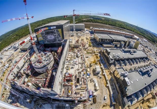 Imagem de julho deste ano da construção do ITER, primeira instalação de fusão nuclear em grande escala que está sendo projetada em uma parceria de 35 países (Foto: Facebook/ITER)