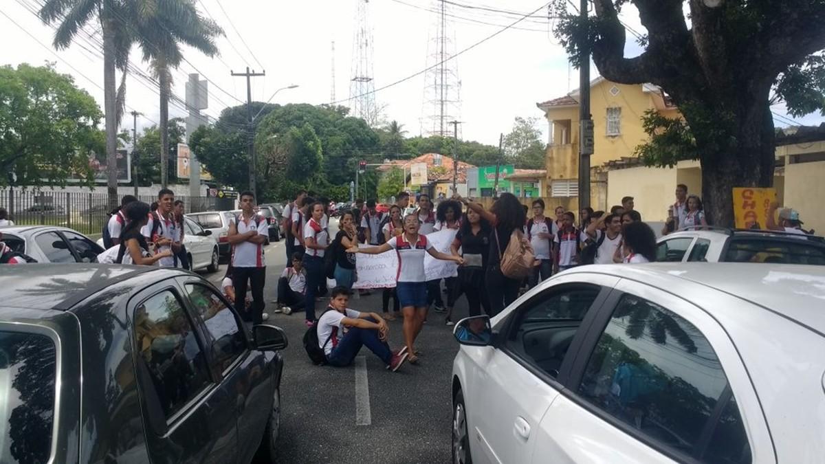 Manifestação de estudantes interdita trânsito em João Pessoa
